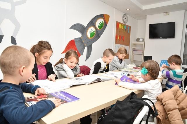 Най-малките ни ученици с удоволствие усвояват английски под вещото ръководство на опитните ни преподаватели.