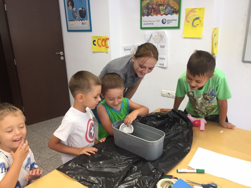 Децата в нашето лятно училище се обучават и забавляват