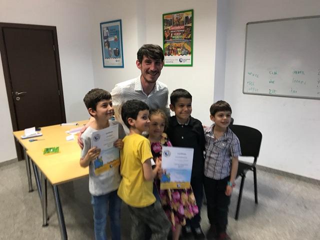 Група деца със сертификати в ръце