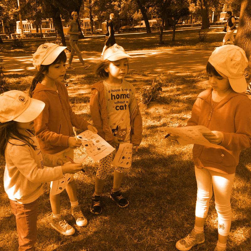 ученици изпълянват проект в парка