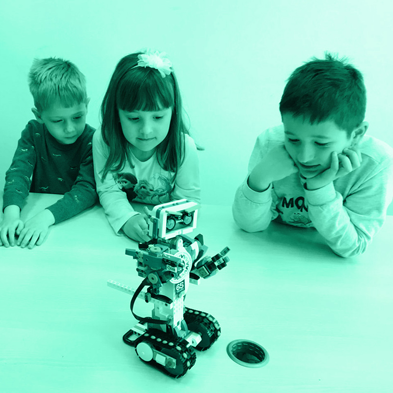 Част от програмата на лятното училище в София е изучаването на STEM